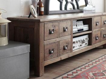 外せないのは木製家具。木製家具の中でも、古キズが味わい深い古材を使ったものなら尚更ノスタルジック感たっぷり。デザインは、あまり凝り過ぎていない、シンプルで素朴な印象ものがぴったりです。古い物に抵抗がある方は、新品でもくすんだ色合いの家具をチョイスするのがおすすめ。