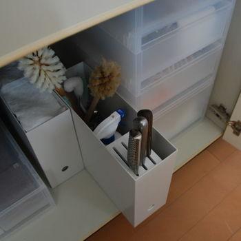 シンクの下が開き戸タイプなら、ファイルボックスを使った収納が便利。ファイルボックスに包丁スタンドを入れるこちらのテクニックはマネしたいアイデア。 また、小物の収納には引き出し式のポリプロピレンケースがおすすめです。