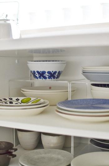 アクリル仕切棚で食器棚の中の食器を取り出しやすく重ねています。ちょっとの空間も無駄にしない収納方法です。