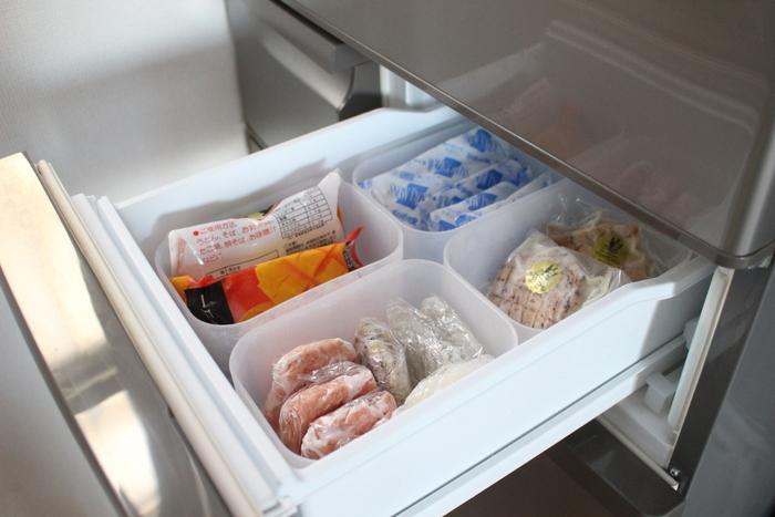 こちらは冷凍庫内をポリプロピレンメイクボックスで仕切っています。作り置き食品や保冷剤などが見やすくなっていますね。ボックスごと取り出せるので、冷凍庫を開けっぱなしにしなくていいですね。