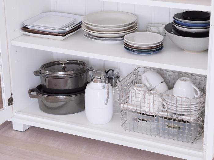同じくワイヤーバスケットで食器を収納している実例。こちらでは2段重ねて、高さのある食器棚内を有効活用しています。上段にカップ&ソーサー、下段に茶葉などを入れると、お茶の用意もはかどりますね。