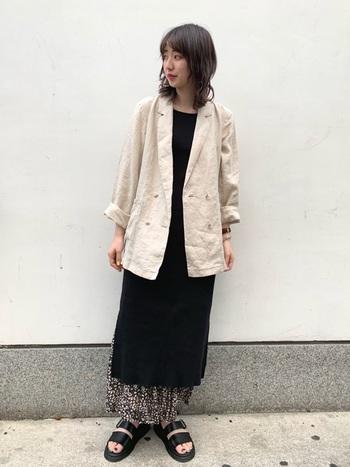 黒のロングワンピースコーデに軽やかさを演出するには、リネンのジャケットが適任です!大人らしさと優しさを両方兼ね備えた、バランスの良い羽織です。