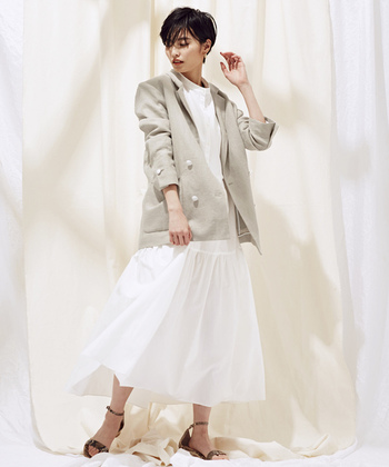 白い張感のあるワンピースには、この時期気持ちの良いリネンのジャケットを。涼しげな素材を合わせることで軽やかなコーディネートに。