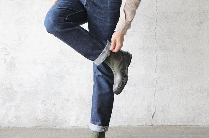 レインアイテムも大人になったら、きちんと揃えておきたいもの。靴で言うと、使い勝手が良いのは、ロング丈のレインブーツよりもショート丈のもの。パンツでも履きやすいし、置き場所もスペースを取りすぎないのがいいですね。素敵なレインアイテムは、悪天候でも颯爽と歩ける心の余裕を与えてくれます。