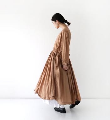 年を重ねるとだんだん露出が多めだったり薄っぺらな服が似合わなくなってくる...というより、何だか心許ないのです。でもやっぱり、フェミニンなものも着たい!と思うこともありますよね。そんな時は、ちょっと贅沢に、たっぷり生地を使ったワンピースやスカートはいかがでしょう?女性らしい気分にさせてくれますよ。
