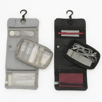 吊るせるケースシリーズを、洗面所やお部屋で普段使いしておけば、そのままスーツケースへ入れられて便利。  出張や旅行が多い方の、パッキング作業の時短になりますよ。