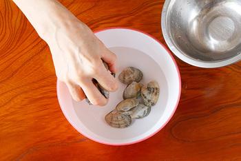 まずは、「海水程度の塩水」』を作ります。ボウルやバットに、あさりがひたひたになる量の水(目安は重さの約3倍)を用意しましょう。 次に、水の量に対して3%程度の塩を入れ、塩が溶けるまで良くかき混ぜ、海水程度の塩水を作ります。
