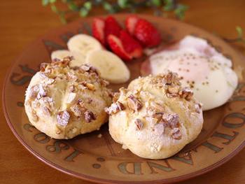 粉、卵、牛乳、塩、砂糖などシンプルな材料を混ぜて、オーブンで焼くだけ。たっぷりのナッツが香ばしく、焼きたての美味しさが引き立つパンです。発酵時間が不要なので、20分もあれば焼き上がります。  オーブンを温めている間に生地を下準備して、パンを焼いている間にサラダや卵料理などを用意すれば、あっという間にすてきな朝ごはんに。