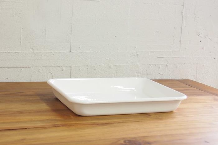 1934年創業以来、琺瑯一筋に製品を作りつづけている「野田琺瑯(のだほうろう)」のホワイトシリーズのバット。オーブンや直火にも対応しているので魚や肉の下味をつけてそのままオーブンで料理することができます。
