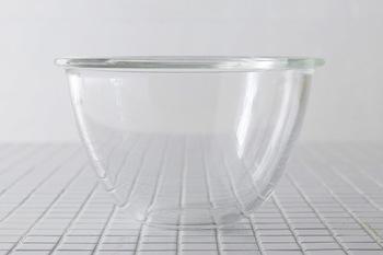 1921年の創業以来、耐熱ガラスの製造・販売を行っている「HARIO(ハリオ)」のミキシングボウル。電子レンジやオーブンにも対応しているので、様々な料理の下ごしらえができます。サイズは900、1500、2200と3種類。入れ子にして収納できます。