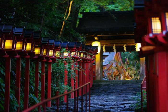 分祀が全国に約500社もある貴船神社の総本社であり、創建年代は不詳ですが、約1300年前には御社殿造替が行われたという社殿が伝わる歴史ある神社です。