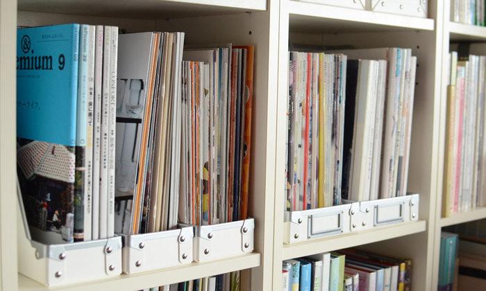 棚に収納して本を収納するのにおすすめなのが、開口部が広いファイルボックス。このファイルボックスのポイントは、一般的なのファイルボックスの前面開口部の立ち上がりがが大体10cm程度あるのに対して、4.5cmと低め。中の本を取り出す際、いちいち本を大きく持ち上げなくても、少しずらす程度でスムーズに取り出すことが出来ます。このファイバーケースシリーズは、金具があることにより、紙だけのケースに比べてもとっても丈夫!長く使い続けることが出来るのが嬉しいですね。