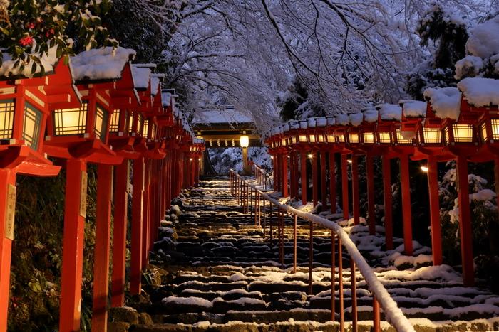 2015年から開催されている「夜の雪見特別参拝・積雪日限定ライトアップ」は、今ではすっかり有名になり、この冬のイベント目当てに貴船を訪れる観光客も多いそう。