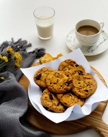 まあちゃんたちが囲むテーブルに置かれた、最後には空っぽになるクッキーのお皿も、見どころ。  女子のワイワイしたおしゃべりや盛り上がりを、さりげなく見事に描き切っていて、心が解放されるような読後感があります。  きっと読み終わったら、お子さんと一緒に「ああだこうだ」と想像を巡らせたい気分になるはず♪そんな時には、まあちゃんのようにクッキーも忘れずに用意してくださいね♪