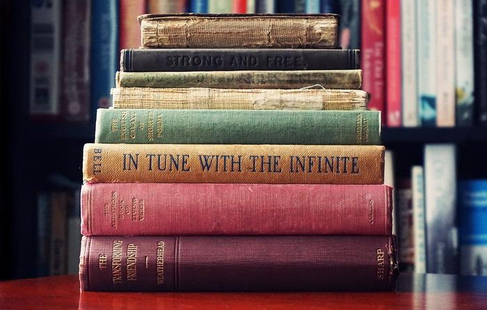 いらない本が決まったら、次に処分する方法を考えます。おすすめの方法は3パターン  ・古い本・ダメージのひどい本・読まない本は資源回収へ… ・キレイで人気のある本はリサイクル・本買取サイト&メルカリなどへ… ・キレイで現在も需要がありそうな本は図書館へ寄付  という感じに、それぞれの本の状態などを確認しながら、スッキリ処分してしまいましょう。いつか読むかもしれない…と、何年も手元に残してある本などは、ある程度の年数を決め、3年読んでないから思い切って処分しよう…などと、自分の中で処分する目安を決めておくことも大切です。