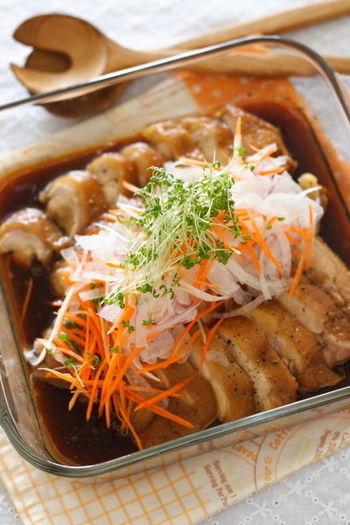 鶏モモ肉を調味液に浸してレンジに入れて調理している間に野菜を千切りにしてご飯をよそえばあっという間に晩御飯が完成します。時短ですが全く手抜きに見えないレシピです。