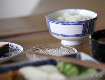 白地に藍色のラインで描かれた柄は、シンプルながら印象的。くせのないデザインで、どんなお料理にもマッチします。