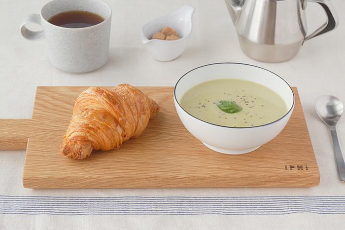 白×ネイビーのシンプルさが、毎日のお料理に使いやすい。ひとつ持っておくと、日常のさまざまなシーンで使えるので重宝しそうです。