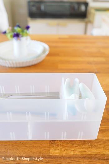 キッチンの引き出しが深い時は、このようにスタッキングすると、収納量が倍になり便利です。仕切り板を動かせば、箸置きなどの小さな収納スペースも作れます。