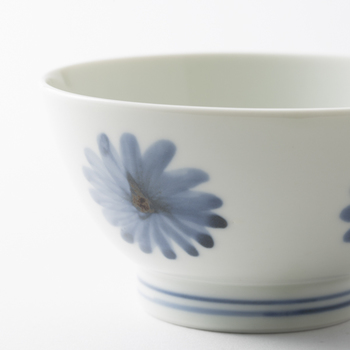 お茶碗の絵柄は、職人さんがひとつひとつ手で描いているから、濃淡やにじみがかえって良い味わいになっています。