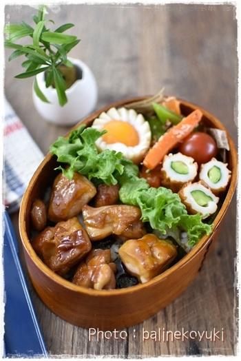 ご飯に海苔を散らして甘辛たれの焼き鳥をのせて。たれがしみこんだご飯がおいしい、のっけ弁当です。