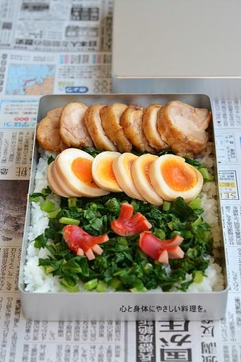 厚めに切った鶏チャーシューが食べごたえありおいしそう!輪切りにした味付け卵がお弁当に彩りを添えてくれます。