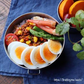 食欲のない日でもモリモリ食べられるドライカレー弁当。ご飯にのせるだけで出来るので、忙しい朝にも助かりますね。