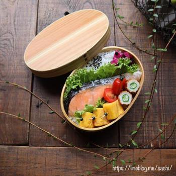 焼き鮭の鮮やかなオレンジ色は、のっけ弁当に彩りを与えてくれます。どーんと一切れのせて、あとは副菜を隙間に詰める感覚で。