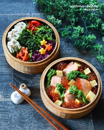 白いご飯が見えないほど具がぎっしりのったちらし寿司。焼きサーモンにイクラ、角切りにした卵焼きをのせて彩り華やかに。