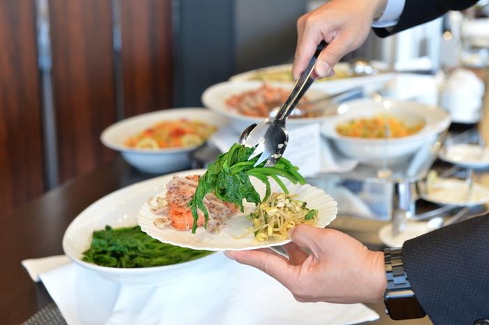 毎週土曜日は、お得なハーフビュッフェを実施。メインを除く、前菜やカレー、スープ、パン、デザート、ドリンクが食べ放題です。