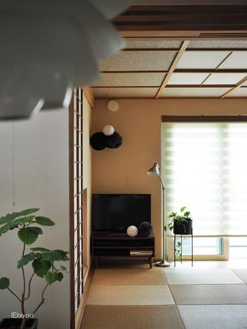 ハニカムボールをテレビ台の上に飾ったり、天井から吊るしたり。シンプルな和室のインテリアのちょっとしたアクセントになります。