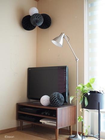 100均で購入できるハニカムボールで和室をデコって。黒やグレー、ホワイトなどの落ち着いた色味を選べば、畳の部屋でも浮きませんね。