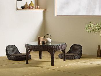 ダークブラウンなど濃いめの色の家具を選ぶと、どこかモダンな雰囲気になり、全体の印象が引き締まります。