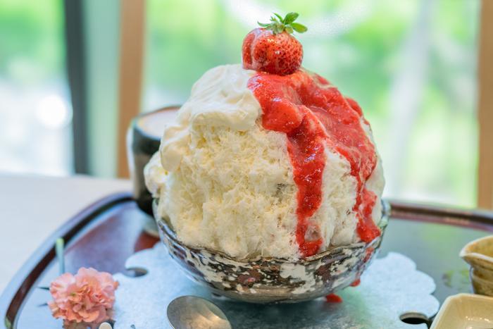 """""""究極""""と言われる月替わりのかき氷も人気です。こちらは、3月限定の「苺姫」。ジューシーで甘酸っぱいソースとふんわりマスカルポーネチーズクリームがたっぷり、お好みで別添えの練乳をかけていただきます。"""
