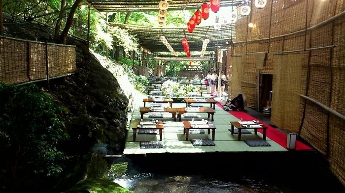 貴船川といえば、夏の風物詩川床も有名です。貴船神社周辺には雰囲気の良い川床料理の店が多くあるので、参拝の途中や後にランチで立ち寄るのも◎。