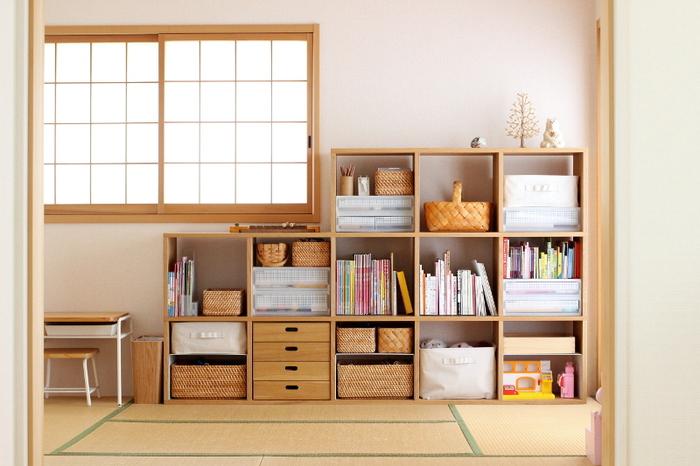 リビング続きの和室を、お子さんの部屋に。リビングからいつでもお子さんの様子を見ることができ、親も安心ですね。無印のスタッキングシェルフで機能的な収納を実現しています。
