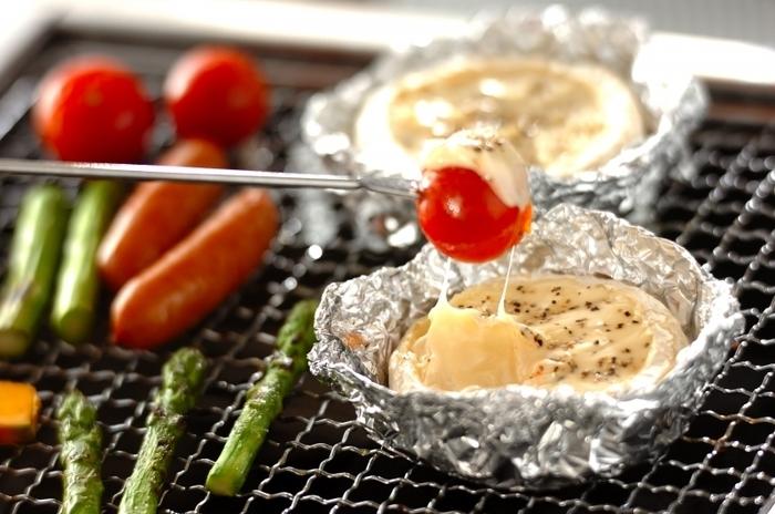 """チーズとお好みの野菜で簡単チーズフォンデュ。切って焼くだけなので、メイン料理の前にパパッと作れます。みんなでわいわい楽しめる、""""映え""""なおつまみレシピです♪"""