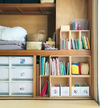 カラーボックスを使って、押入れの一角をお子さんの絵本やおもちゃ用のスペースに。来客時は襖を閉めれば、ごちゃごちゃが気にならずスッキリします。
