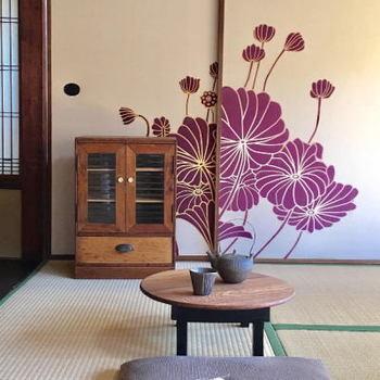 古道具屋でお気に入りの和のアンティーク家具を探すのもいいですね。現代のものにはない温もりや癒しが感じられます。