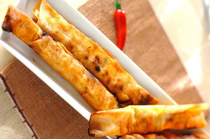 片手で食べられるスナック感覚のおつまみ。キムチとチーズという魅惑の組み合わせを春巻きの皮で巻いた、作りやすく食べやすい簡単おつまみです!