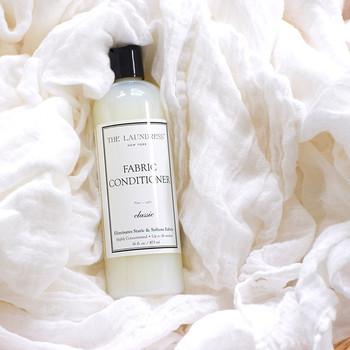 《 THE LAUNDRESS(ザ・ ランドレス)/ファブリックコンディショナー Classic 》 用途別に開発された豊富な製品バリエーションと魅惑的な香りで多くのファンを持つNY生まれのファブリックケアブランド、THE LAUNDRESSシリーズ。こちらはコンディショナーです。植物性原料を使用したランドレス独自の製法は環境にも肌にも優しく、同じシリーズの洗剤等と組み合わせて使うとより香り豊かに仕上がります。