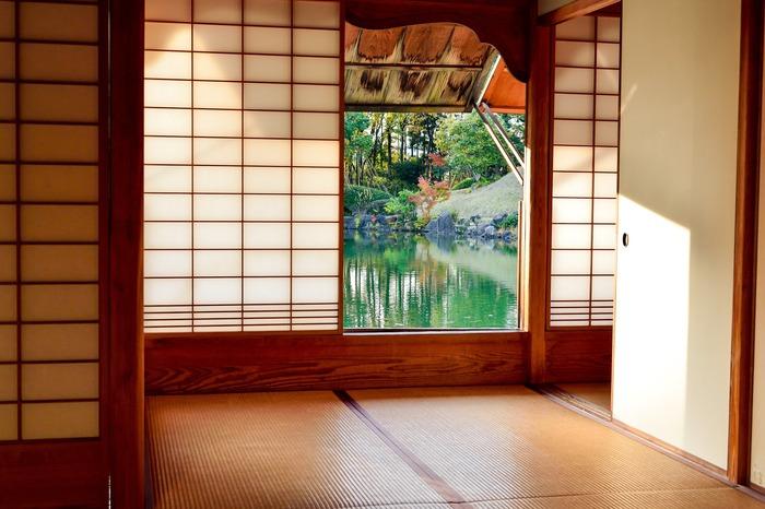 日本の住宅に欠かせない「和室」。ごろりと横になれる気楽さと、フローリングにはない畳の温かさに日本人としてなんだかホッとしますよね。でも、畳の部屋っておしゃれなインテリアにするにはちょっとハードル高そう…と感じている方も多いようです。ブロガーさんの実例を参考に、おしゃれな和室インテリアのアイデアをご紹介します。