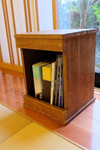 どこか古びた印象の家具も、和室なら不思議としっくり馴染みます。お気に入りの本が数冊収納できるちょうど良いサイズ感。