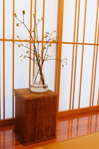 くるっと裏返して花瓶をのせれば、花台として使えます。木のどっしりとした質感が重厚な雰囲気を演出してくれます。