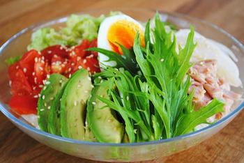 トマト・キャベツ・アボカドなど・・・。「サラダうどん」のよいところは、食物繊維やビタミン豊富な「野菜」をたっぷりとれて、ヘルシーなところ。そのためダイエット中の方に人気なのですが、これを「ちゃんとした食事」とするならば、お肉・お魚系のたんぱく質が足りないかもしれません。  「もう1品のおかず・副菜」というより、「もうひとつ食べ応えのある具」をプラスしてみてはいかがでしょう。なかでも役立つのが、やはり定番のお肉「豚しゃぶ」です。ビタミンもしっかりとれます。