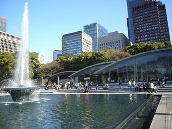 せっかく皇居へ足を運ぶのなら、当地ならではの眺めも楽しめるレストランへ行ってみましょう。  皇居外苑の「和田倉噴水公園」は、平成天皇のご結婚を記念した大噴水を徳仁親王と雅子妃殿下の御結婚を機に再整備して出来た公園です。  園内にある「和田倉噴水公園レストラン」は、大噴水と皇居や周辺の緑、丸の内ならではの広々とした景観が楽しめる憩いの空間です。  【「東御苑」大手門から歩いて5分、東京駅まで徒歩7分で、アクセスも抜群の「和田倉噴水公園レストラン」】