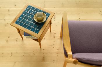 優しげな艶と丸みが可愛らしいタイル。シンプルに四角タイルが並ぶモザイクタイルは、日本の昔の家のキッチンや水回りなどでも良く取り入られてきました。貼り付けるタイプのタイルを使って壁を彩ったり、家具や雑貨を取り入れるだけでも、一気にレトロっぽくなりますよ。