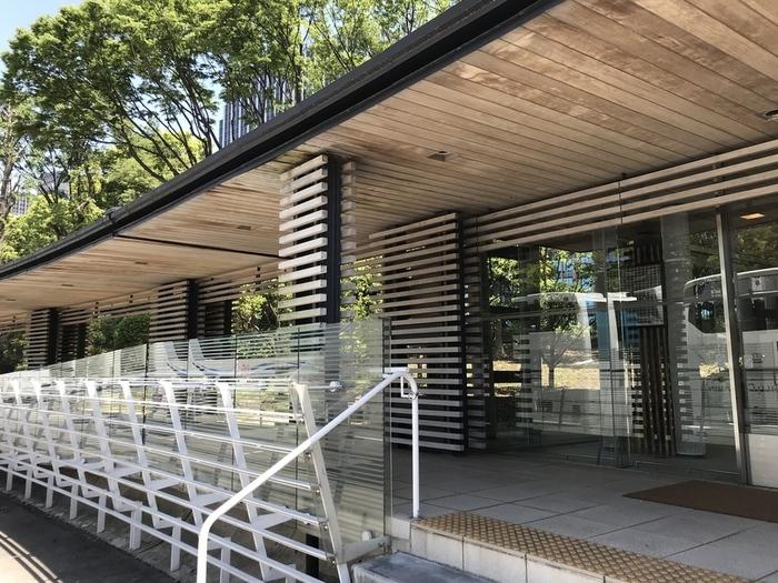 皇居の正門「二重橋」や「皇居外苑」へも足を伸ばすのなら、楠木正成像傍にある「楠レストハウス」もお勧めです。