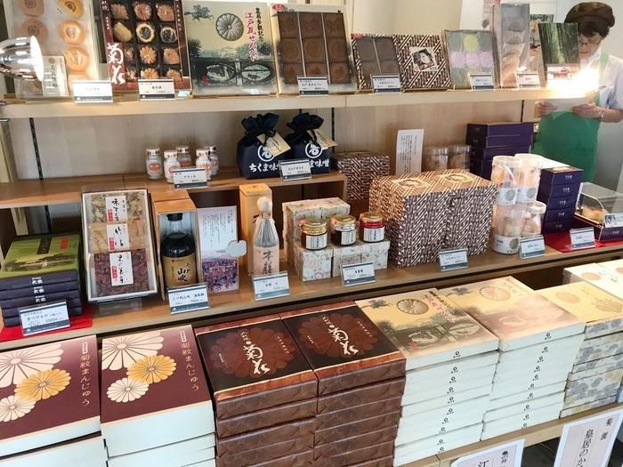 レストハウス内には、皇居ならではの土産物や、東京土産をずらりと並べた土産物売り場も併設されています。