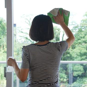 水だけで汚れが落ちない場合は、重曹スプレーを吹きかけて5分置いたあと雑巾で拭きます。そのあとクエン酸スプレーを吹き付けてからまた5分おいて、雑巾で拭きましょう。両方使うことでさまざまな汚れを落とすことができます。